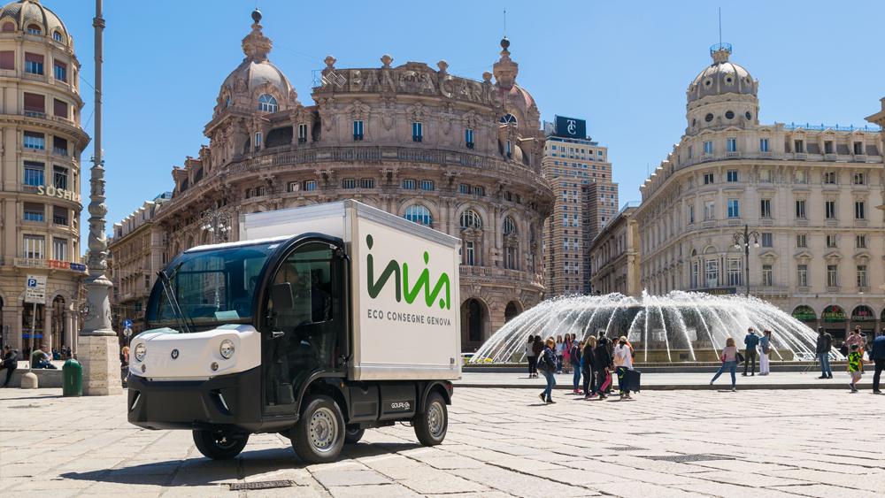 Il mezzo elettrico di Invia fotografato nel centro di Genova